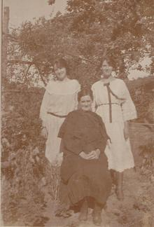 Click for a larger image of Minnie and her two daughters